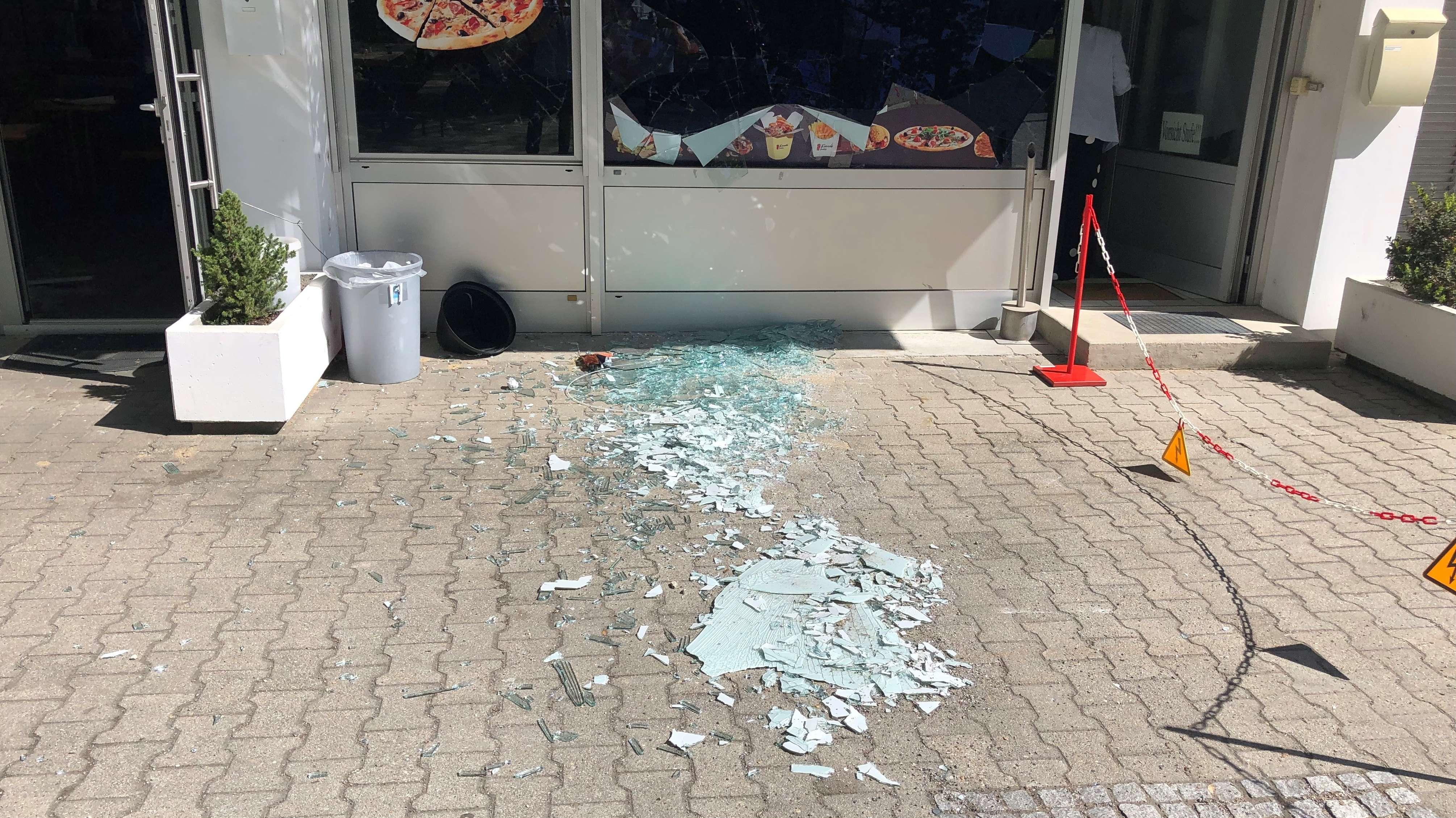 Zerstörte Scheiben eines Imbiss in der Straubinger Straße