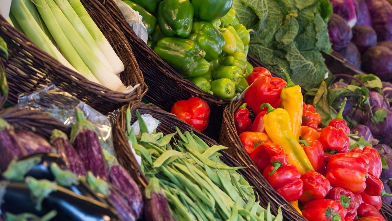 Auf dem Bild sind verschiedene Gemüsesorten in einem Supermarkt zu sehen.