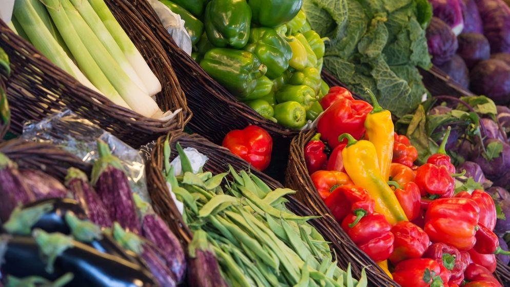 Auf dem Bild sind verschiedene Gemüsesorten in einem Supermarkt zu sehen. | Bild:pa/dpa
