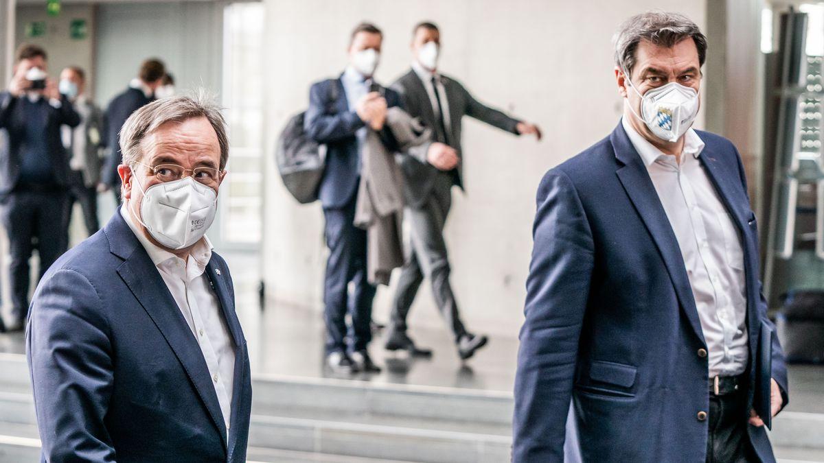 Markus Söder (CSU, r), Ministerpräsident von Bayern und CSU-Vorsitzender, kommt neben Armin Laschet, CDU-Bundesvorsitzender und Ministerpräsident von Nordrhein-Westfalen,