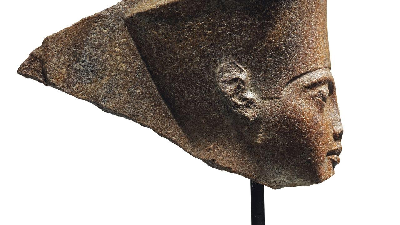 Auktion einer antiken Pharaostatue