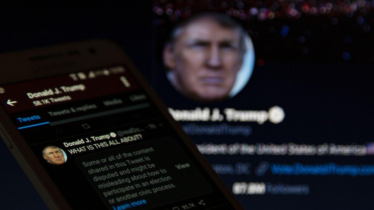 Symbolbild: Blick auf Tweets mit Portrait von Donald Trump