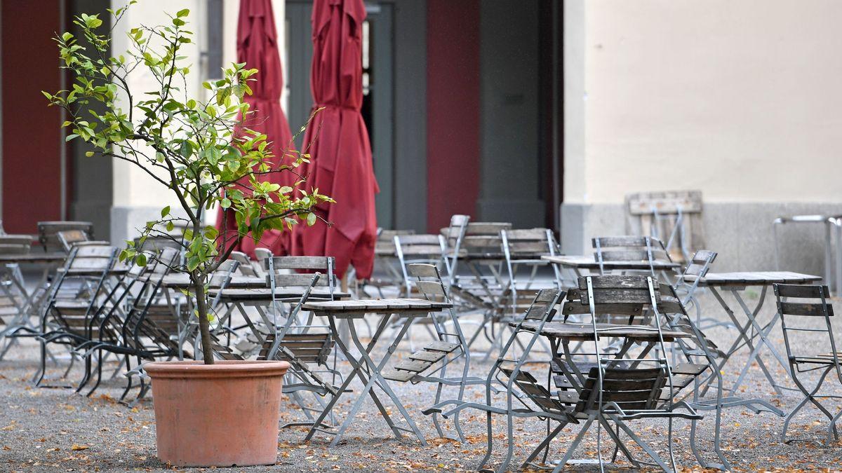 Leere Tische vor einem Gasthaus (Symbolbild)