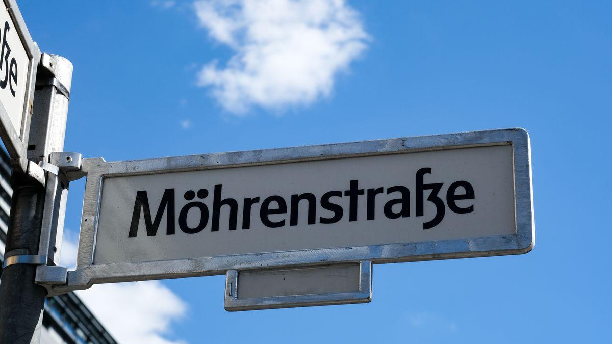 """Durch das Aufkleben zusätzlicher schwarzer Punkte am Straßenschild der Mohrenstraße ist das Wort """"Möhrenstraße"""" zu lesen. (Symbolbild aus Berlin)"""
