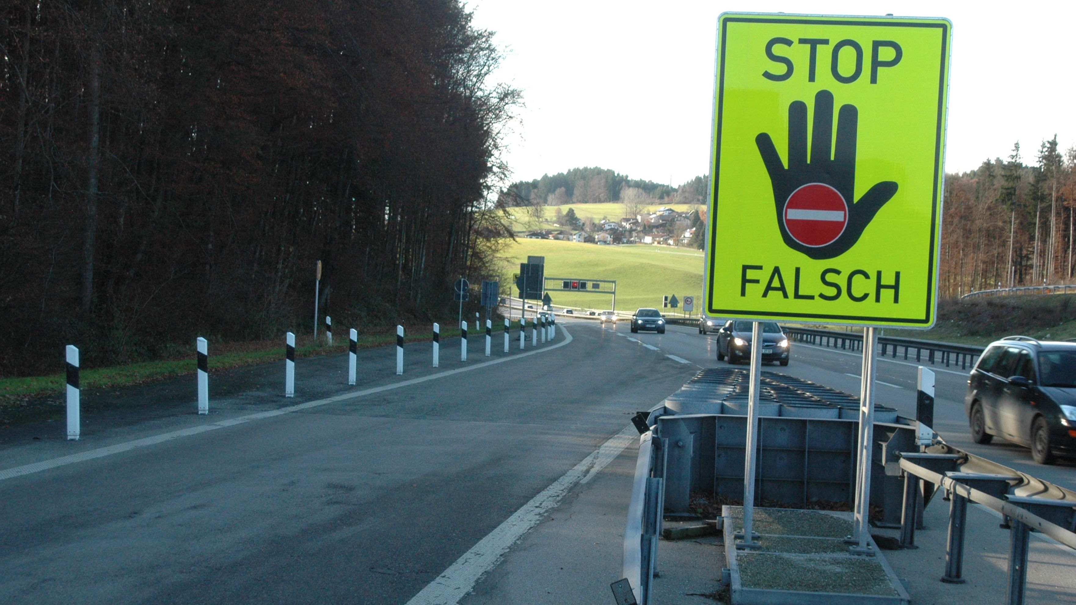 Symbolbild: Geisterfahrer-Warnschild