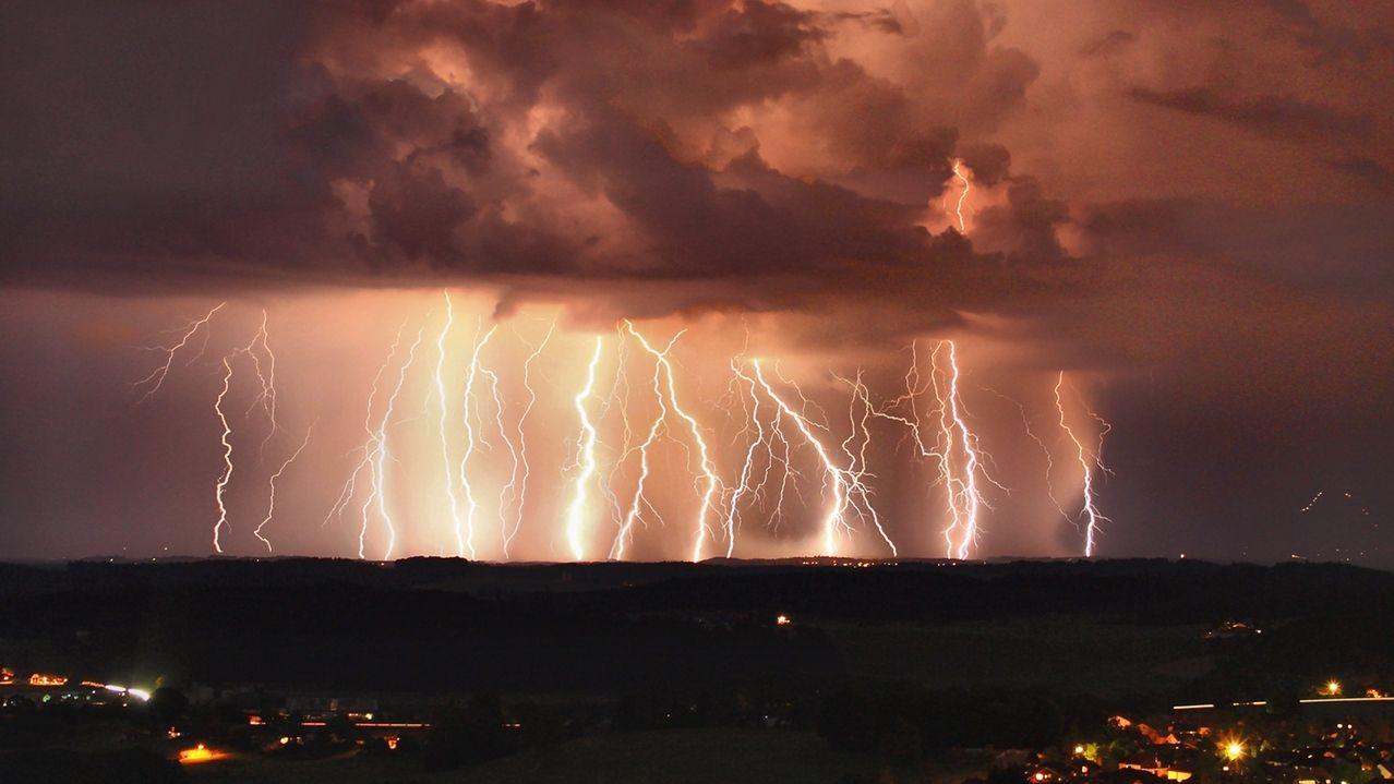 Gewitter mit Blitzen am Chiemsee (Symbolbild)