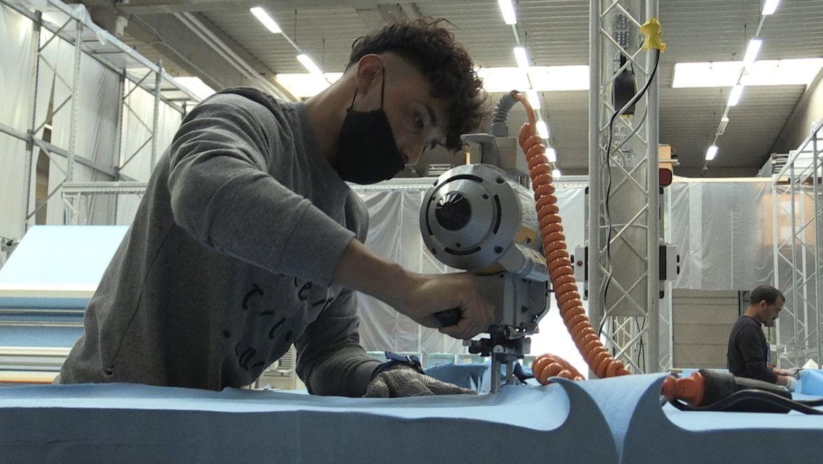 Der Luftfahrt-Ausrüster ACM aus Memmingen produziert wegen Corona Schutzkleidung.