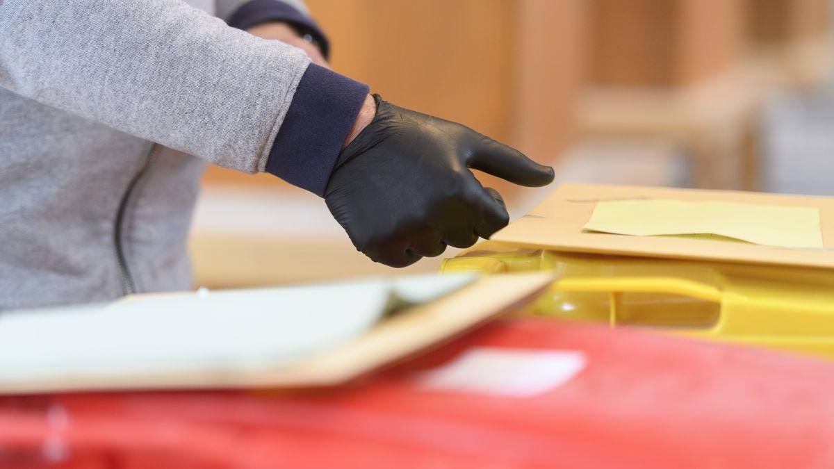 Wahlhelfer mit Schutzhandschuhen