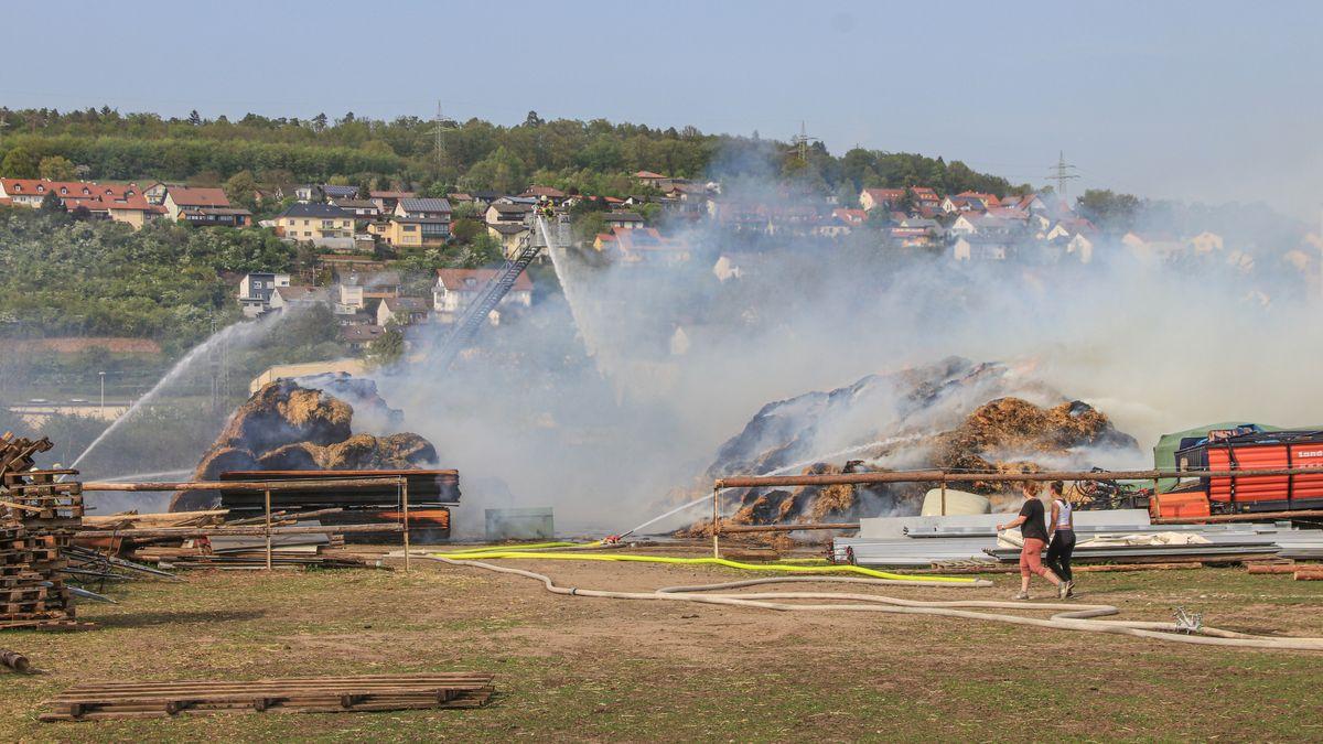 Feuer in einem Strohballenlager in Eltmann