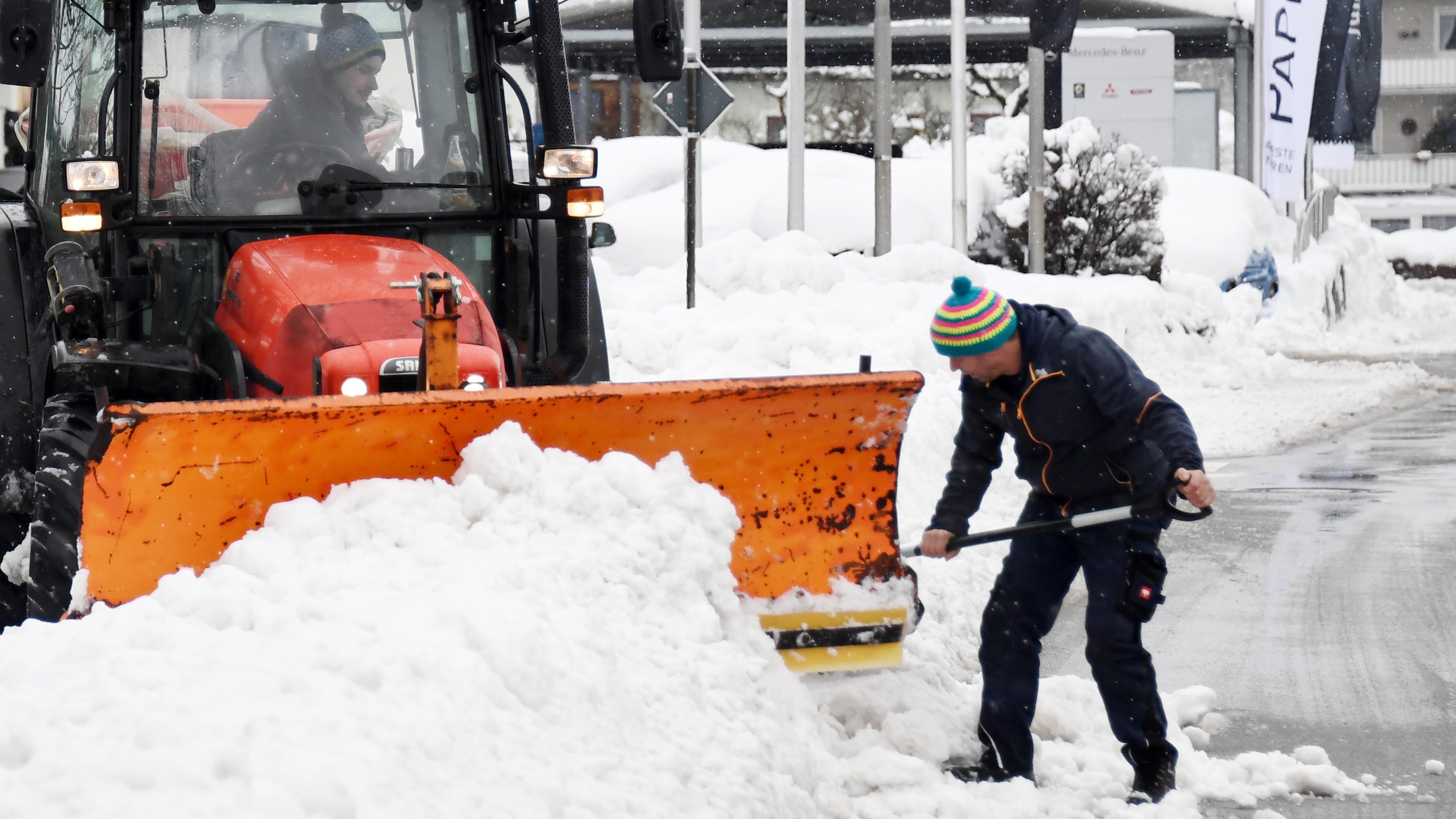 Schnee ohne Ende: In Traunstein muss sogar das Räumfahrzeug freigeräumt werden.