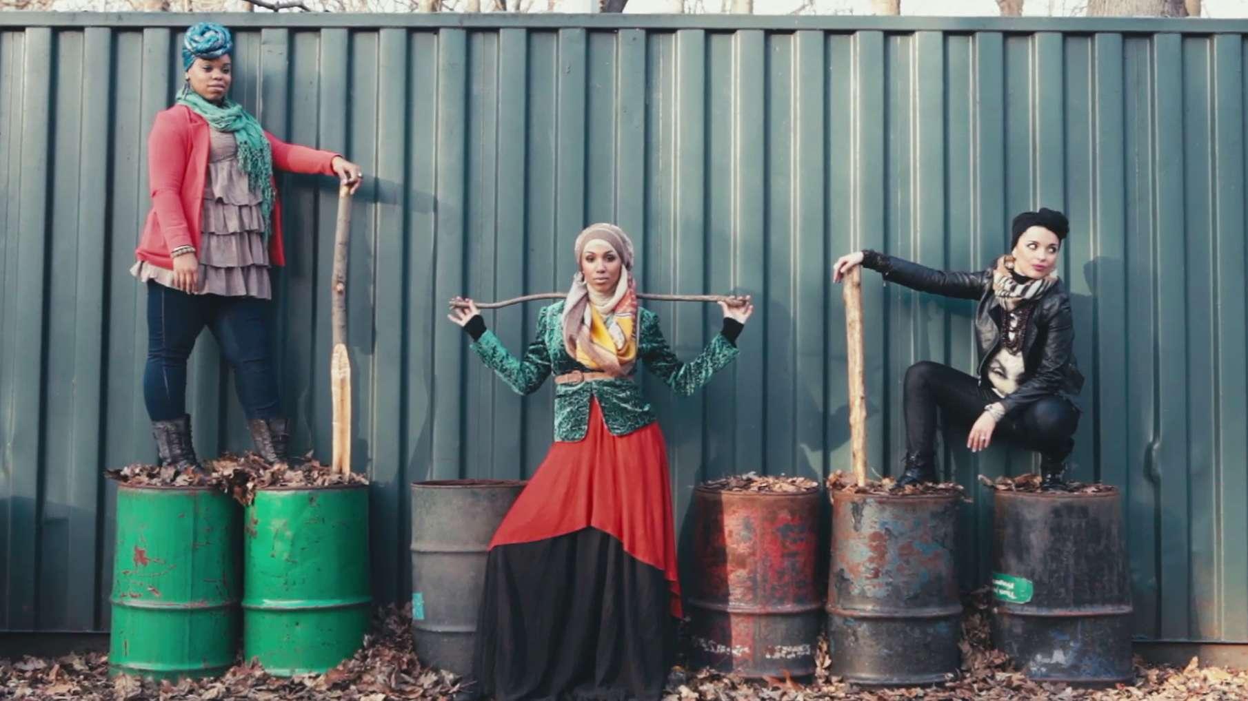 """Still aus dem Video """"Somewhere in America"""": Drei Frauen posieren vor einer Wand"""