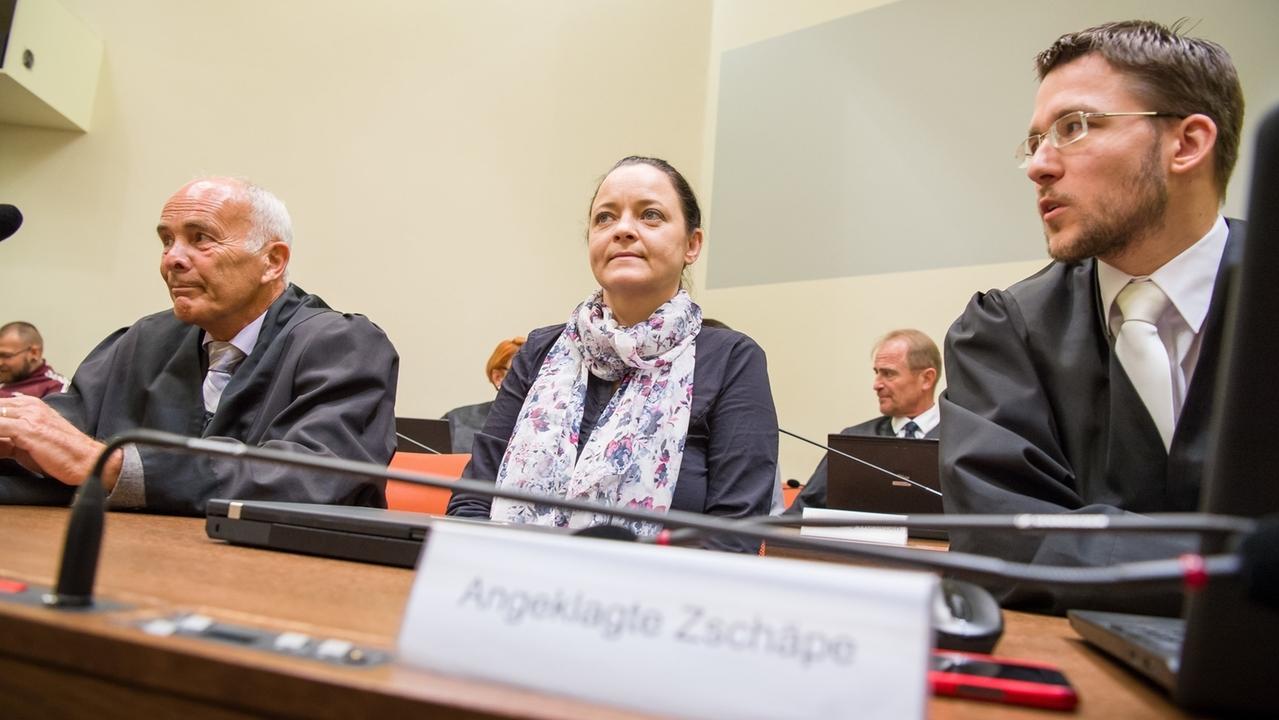 Archivbild: Die Angeklagte Beate Zschäpe sitzt am 03.07.2018 im Gerichtssaal des Oberlandesgerichts München zwischen ihren Anwälten Hermann Borchert (l) und Mathias Grasel (r).