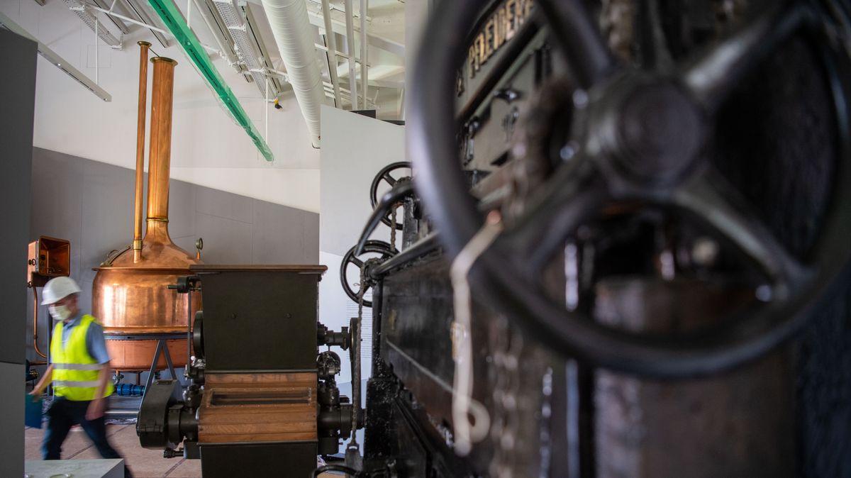 Ein Braukessel, eine Mühle und andere Maschinen aus einer Brauerei.