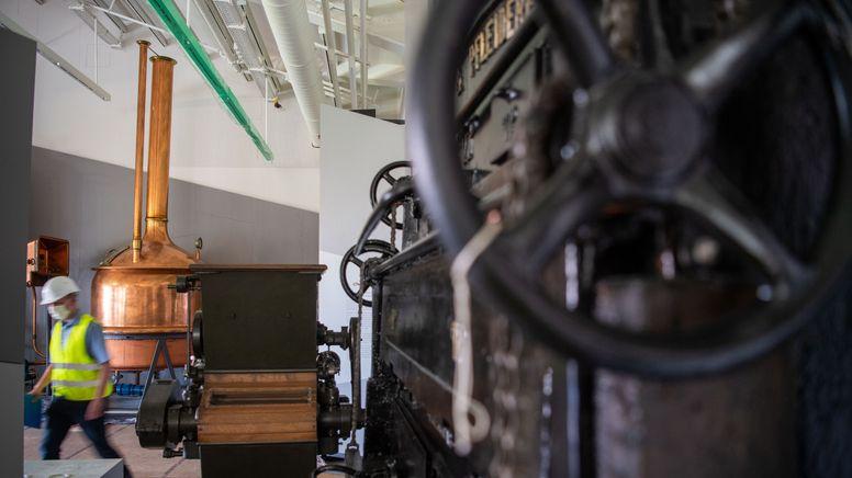 Ein Braukessel, eine Mühle und andere Maschinen aus einer Brauerei.   Bild:picture alliance/dpa   Lino Mirgeler