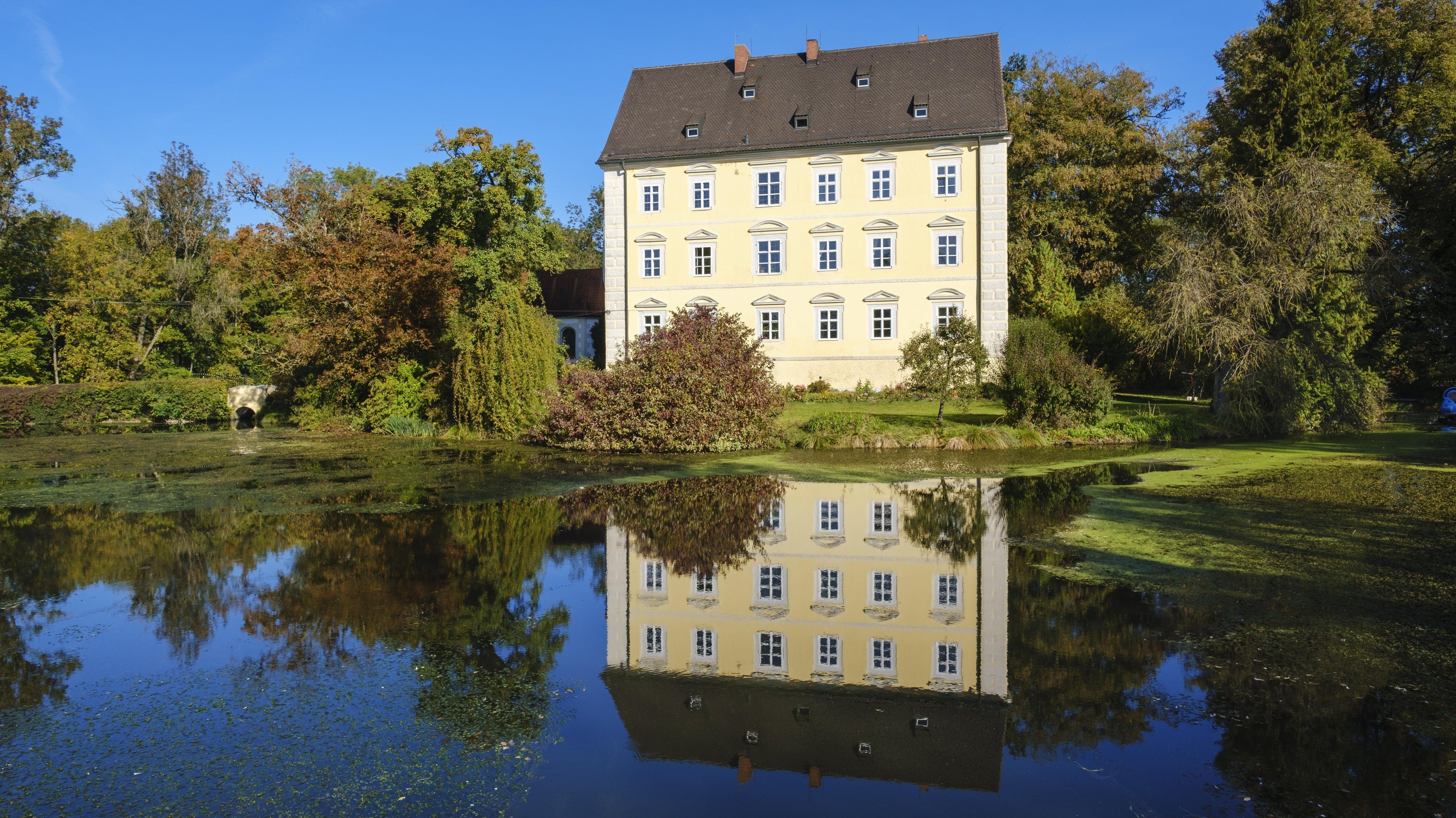 Schloss Erching bei Hallbergmoos: Derzeit hört man hier sogar Vögel singen.