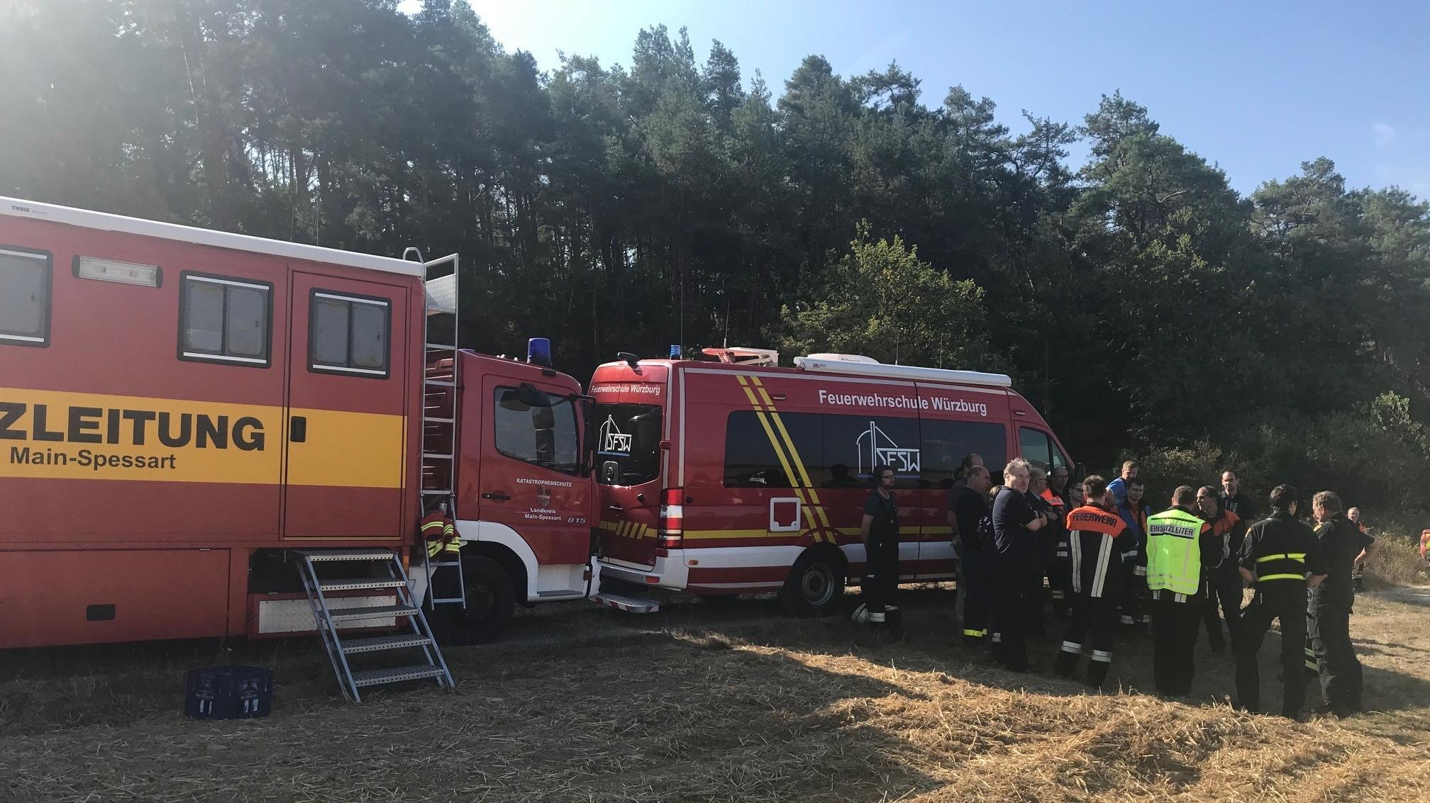 Die Feuerwehr im Einsatz während dem Waldbrand bei Steinfeld