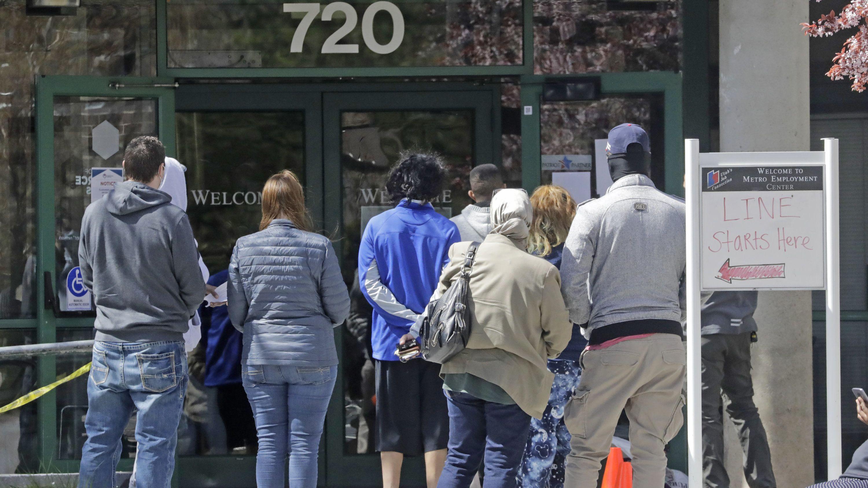 USA, Salt Lake City: Menschen warten vor einem Arbeitsamt.