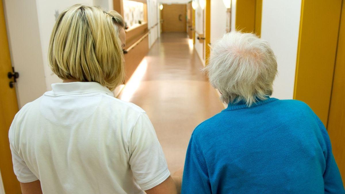 Drei Altenpflegerinnen aus Coburg kämpfen für eine bessere Lebensqualität im Seniorenheim. Sie haben eine Online-Petition gestartet, um Senioren zum Teil vom Corona-Abstandsgebot zu befreien. Denn die Vorgaben hätten Folgen für die alten Menschen.