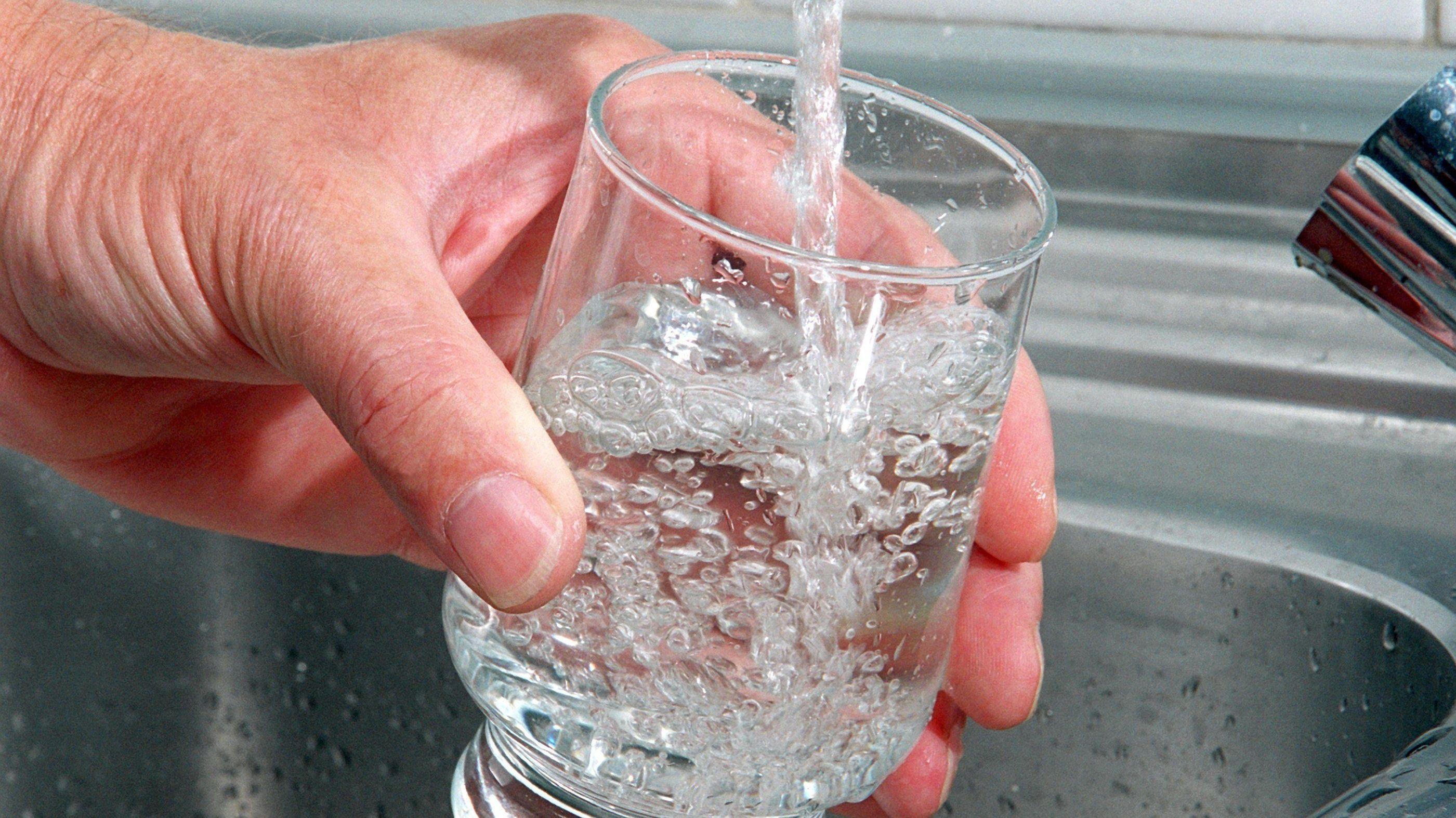 Ein Glas wird mit Trinkwasser gefüllt