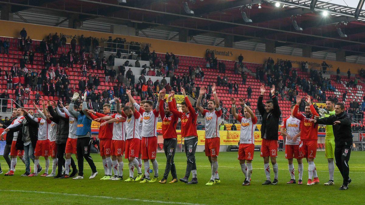 Sobald in der kommenden Saison wieder Zuschauer im Regensburger Jahnstadion erlaubt sind, dürfen 11.000 Corona-Helfer gratis zu einem Spiel.