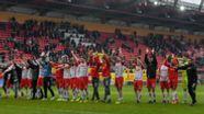 Sobald in der kommenden Saison wieder Zuschauer im Regensburger Jahnstadion erlaubt sind, dürfen 11.000 Corona-Helfer gratis zu einem Spiel. | Bild:picture alliance/Armin Weigel/dpa