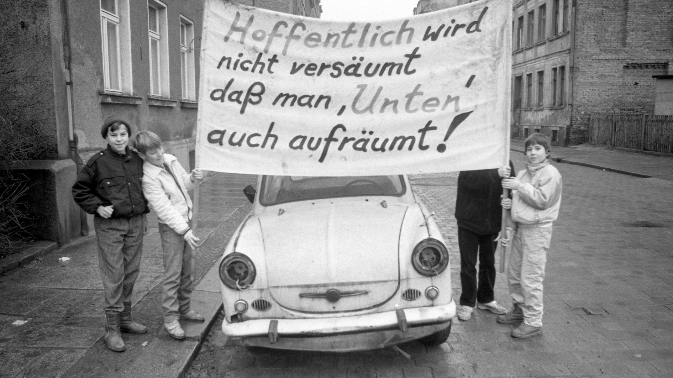 Dezember 1989: Demonstrierende Schüler in Leipzig.
