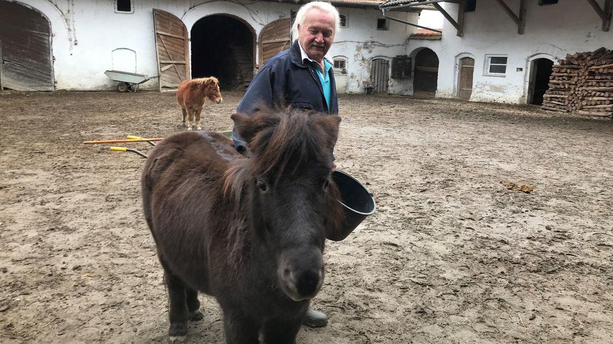 Wolfgang Berry kümmert sich auf dem Gnadenhof in Haarbach um kranke Tiere, die keiner mehr haben will