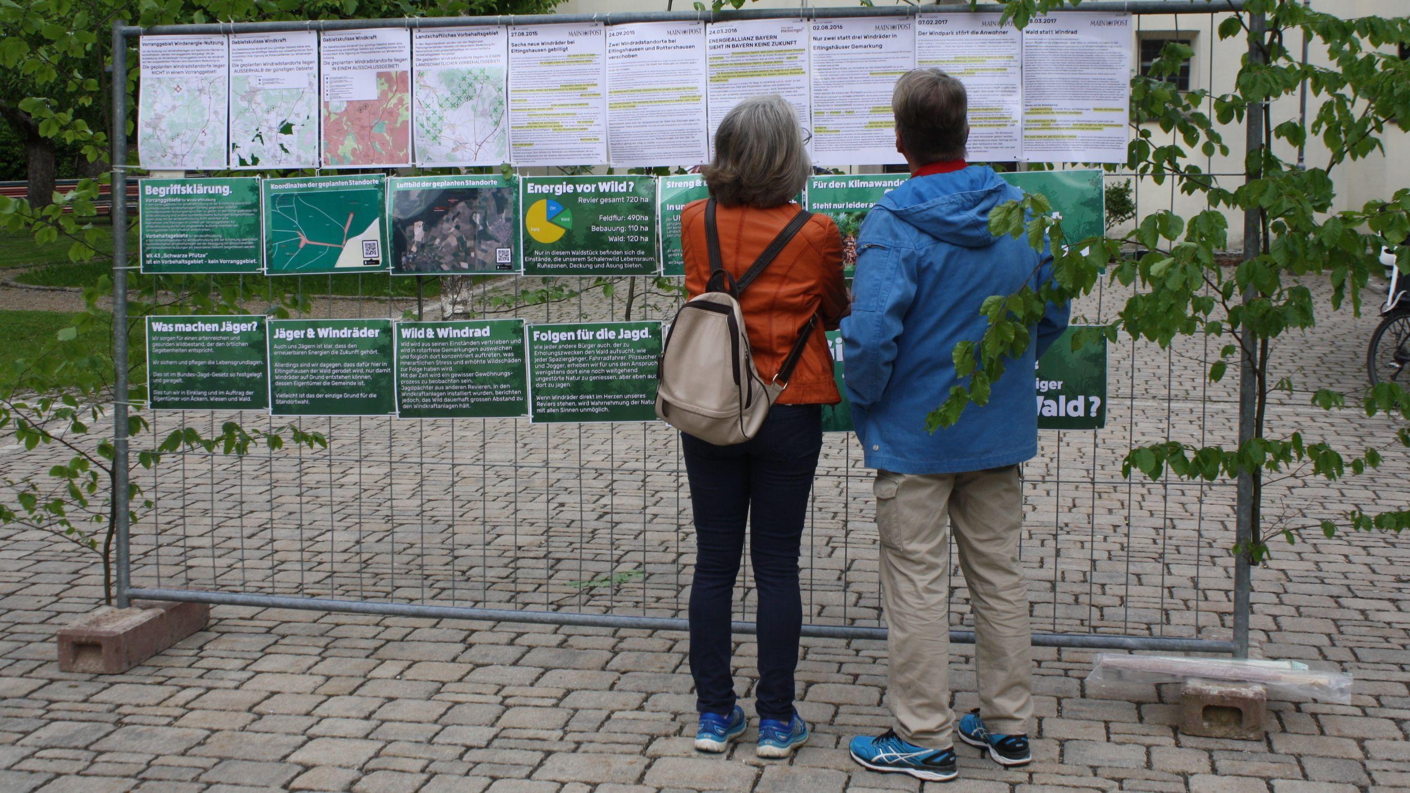 Bürger aus Eltingshausen studieren Planungen zum Bau von zwei Windrädern.