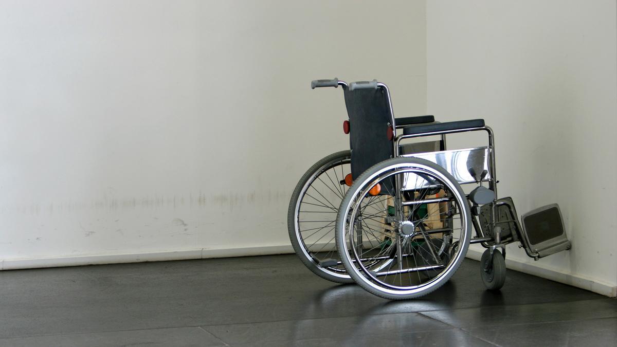 Ein Rollstuhl in einem leeren Raum.