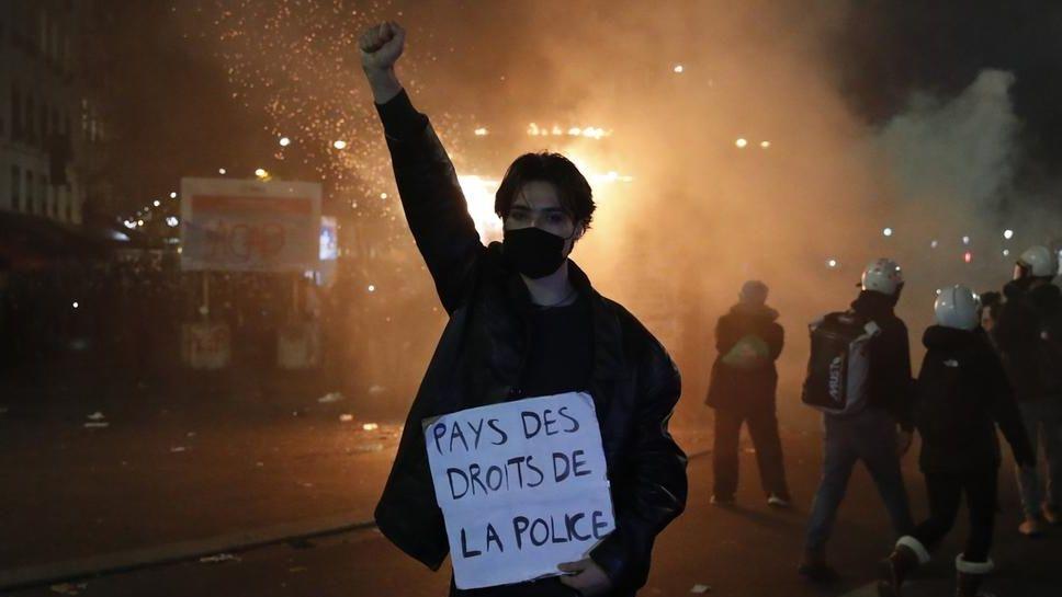 """Ein Teilnehmer einer Demonstration hält während eines Protestes gegen ein neues Sicherheitsgesetz ein Schild mit der Aufschrift """"Land der Polizeirechte"""" in der Hand"""