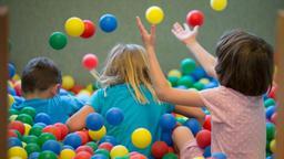 Kinder in einer Kita spielen mit Bällen   Bild:pa/dpa/Friso Gentsch