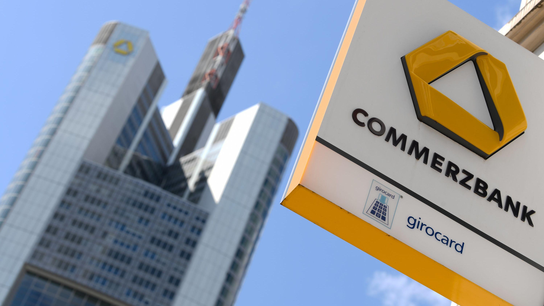 Das Schild einer Commerzbank-Filiale hängt an einer Hausfassade nahe der Zentrale der Commerzbank im Frankfurter Bankenviertel