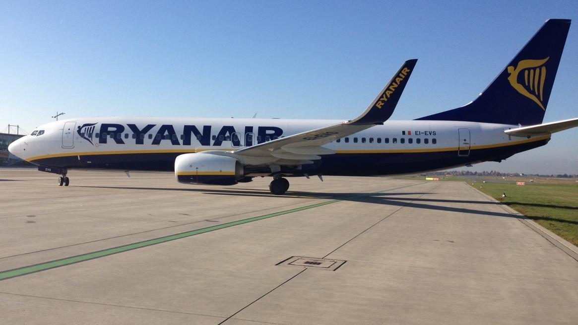 Ryanair-Flugzeug auf einem Rollfeld