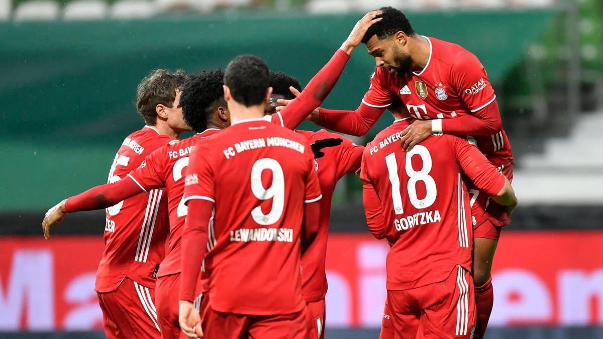 Münchens Mittelfeldspieler Serge Gnabry (r) feiert mit Teamkollegen das Tor zum 0:2.