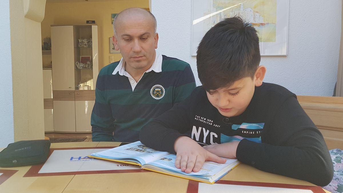 Umud lernt fürs Gymnasium. Sein Vater ist fast Analphabet und kann seinem Sohn beim Lernen nicht helfen.