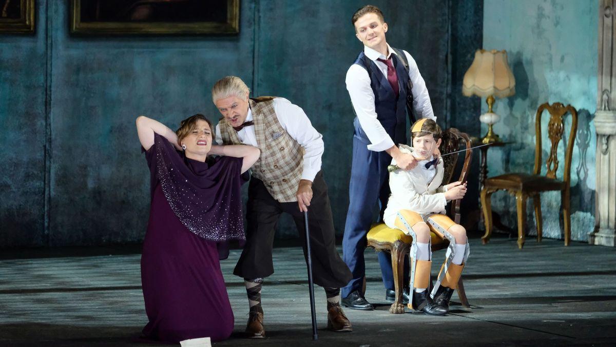 Vier Schauspieler agieren auf der Bühne, unter andrem mit Gehstock und Säbel.