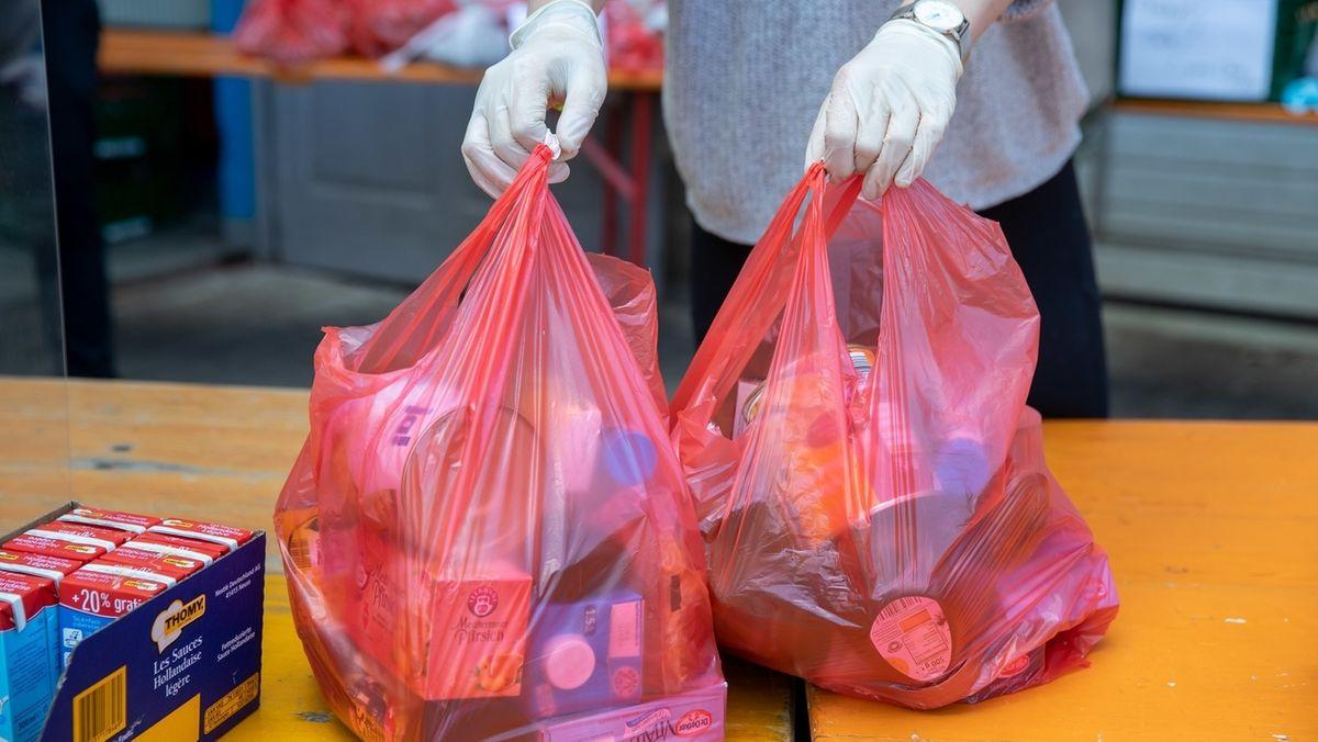 Bei einer Tafel werden Tüten mit Lebensmitteln verteilt (Symbolbild)
