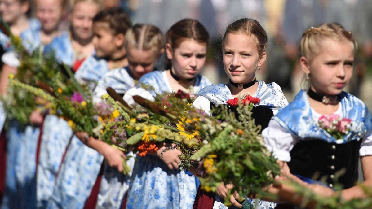 Mädchen mit Kräuterbuschen bei einer Prozession an Mariä Himmelfahrt 2017 in Kochel am See
