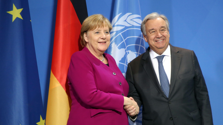 Bundeskanzlerin Angela Merkel (CDU) und Antonio Guterres, Generalsekretär der Vereinten Nationen, geben sich nach ihrem Statement im Bundeskanzleramt die Hand.
