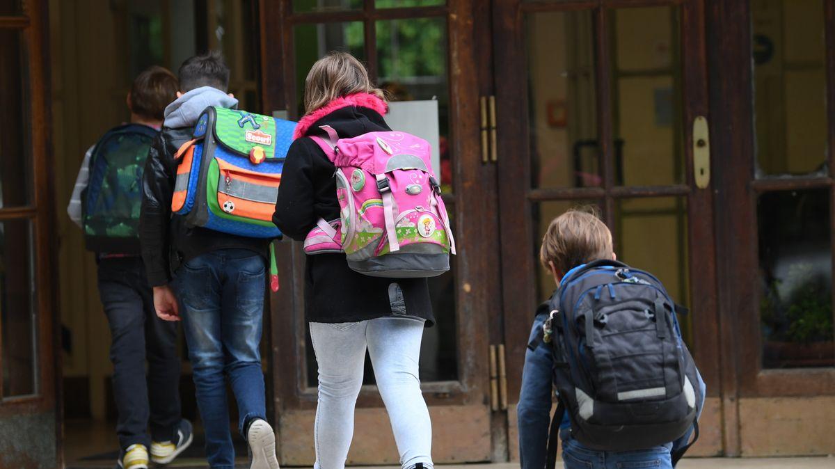 Kinder beim Betreten des Schulgebäudes
