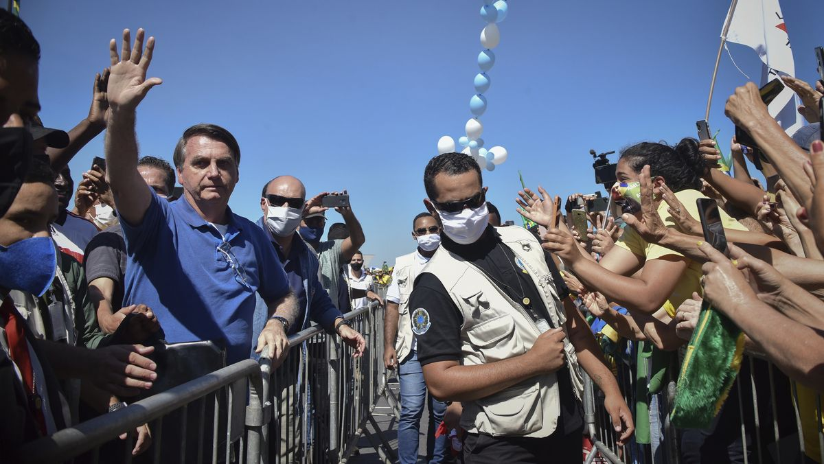 Jair Bolsonaro,  Präsident von Brasilien, winkt den vor dem Präsidentenpalast versammelten Anhängern zu.