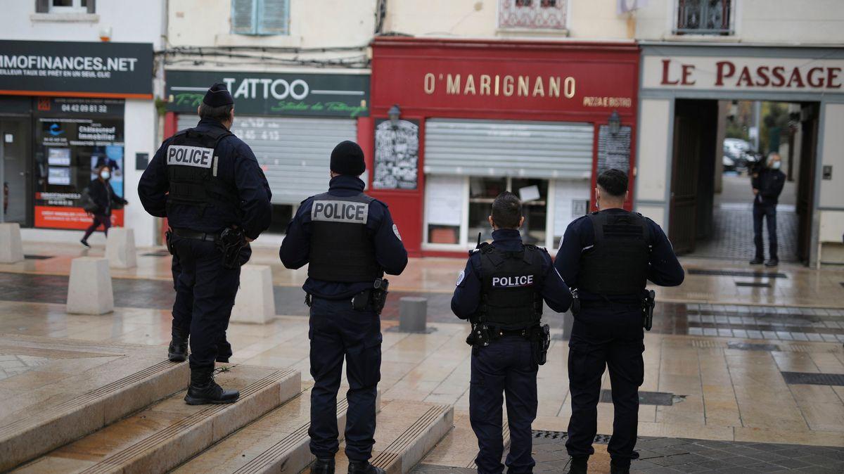 Symbolbild: Französische Polizeibeamte stehen vor einem Restaurant.