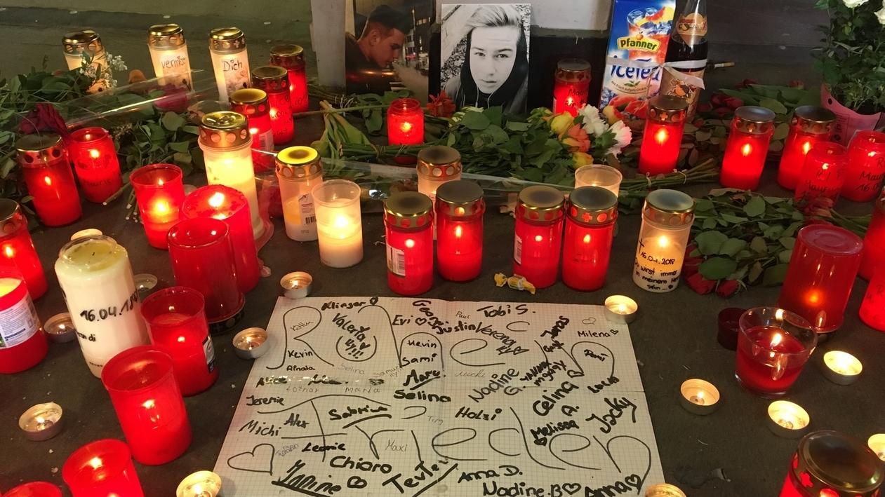 Kerzen und Blumen am Tatort, wo Schüler Maurice K. zu Tode kam