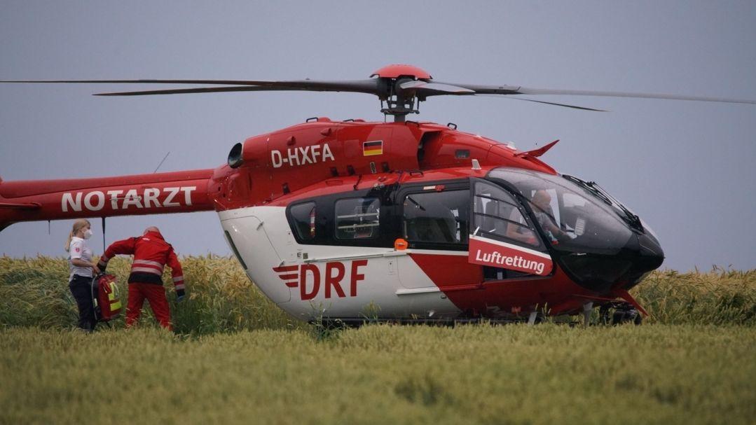 in Notarzt steigt in einen Hubschrauber, in dem ein lebensgefährlich verletztes Kind in ein Krankenhaus gebracht wird (Symbolbild)