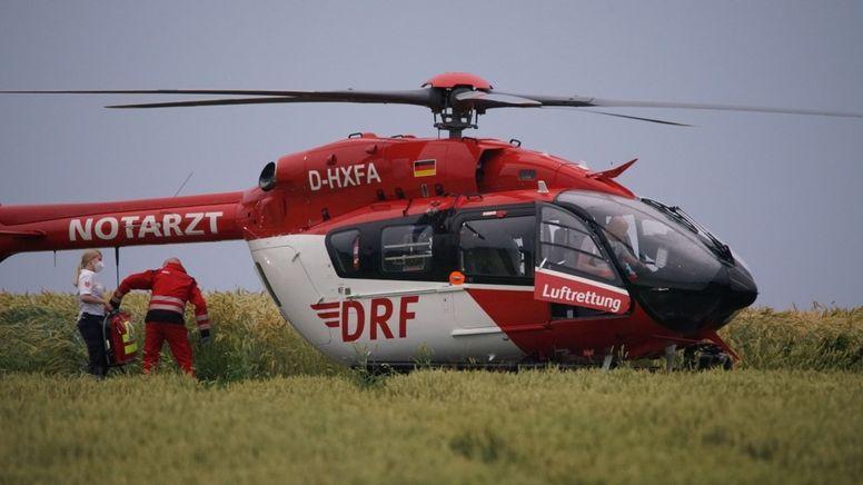 in Notarzt steigt in einen Hubschrauber, in dem ein lebensgefährlich verletztes Kind in ein Krankenhaus gebracht wird (Symbolbild) | Bild:dpa-Bildfunk/---
