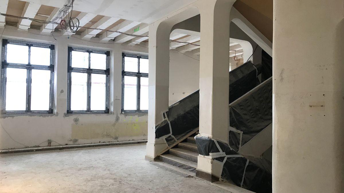 Die Löweneck-Schule in Augsburg wird saniert. Dafür ist jetzt weniger Geld da.