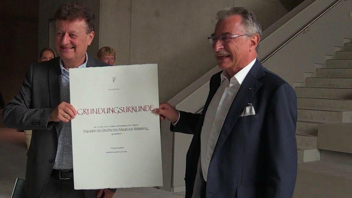 Generaldirektor Wolfgang M. Heckl und BDI-Chef Dieter Kempf mit der Gründungsurkunde des Vereins