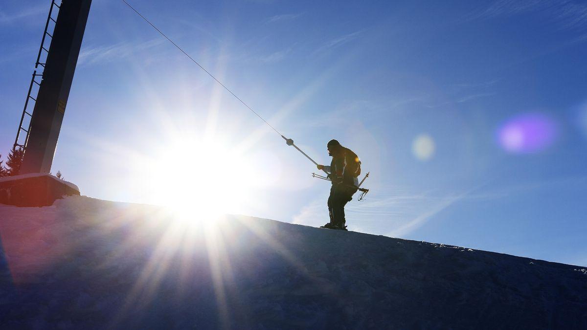 Skifahrer wird von einem Schlepplift gezogen, Skigebiet Grünten, Oberallgäu