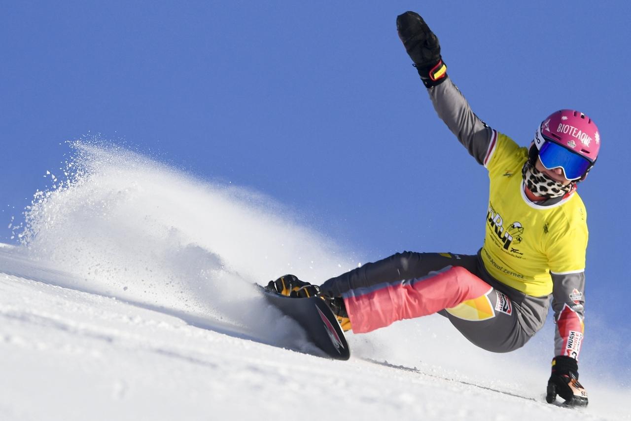 09.01.2021, Schweiz, Scuol: Snowboard: Weltcup, Parallel-Riesenslalom, Damen: Ramona Theresia Hofmeister aus Deutschland in Aktion.