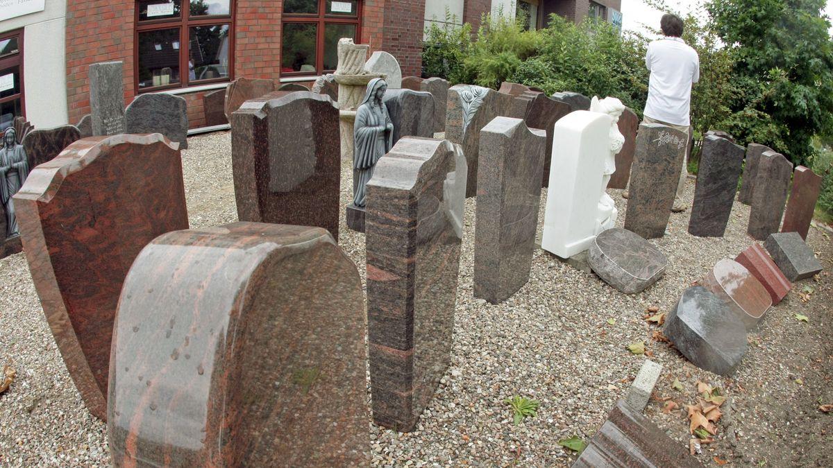 Grabsteine aus Granit bei einem Steinmetz in seiner Verkaufsausstellung. (Symbolbild)
